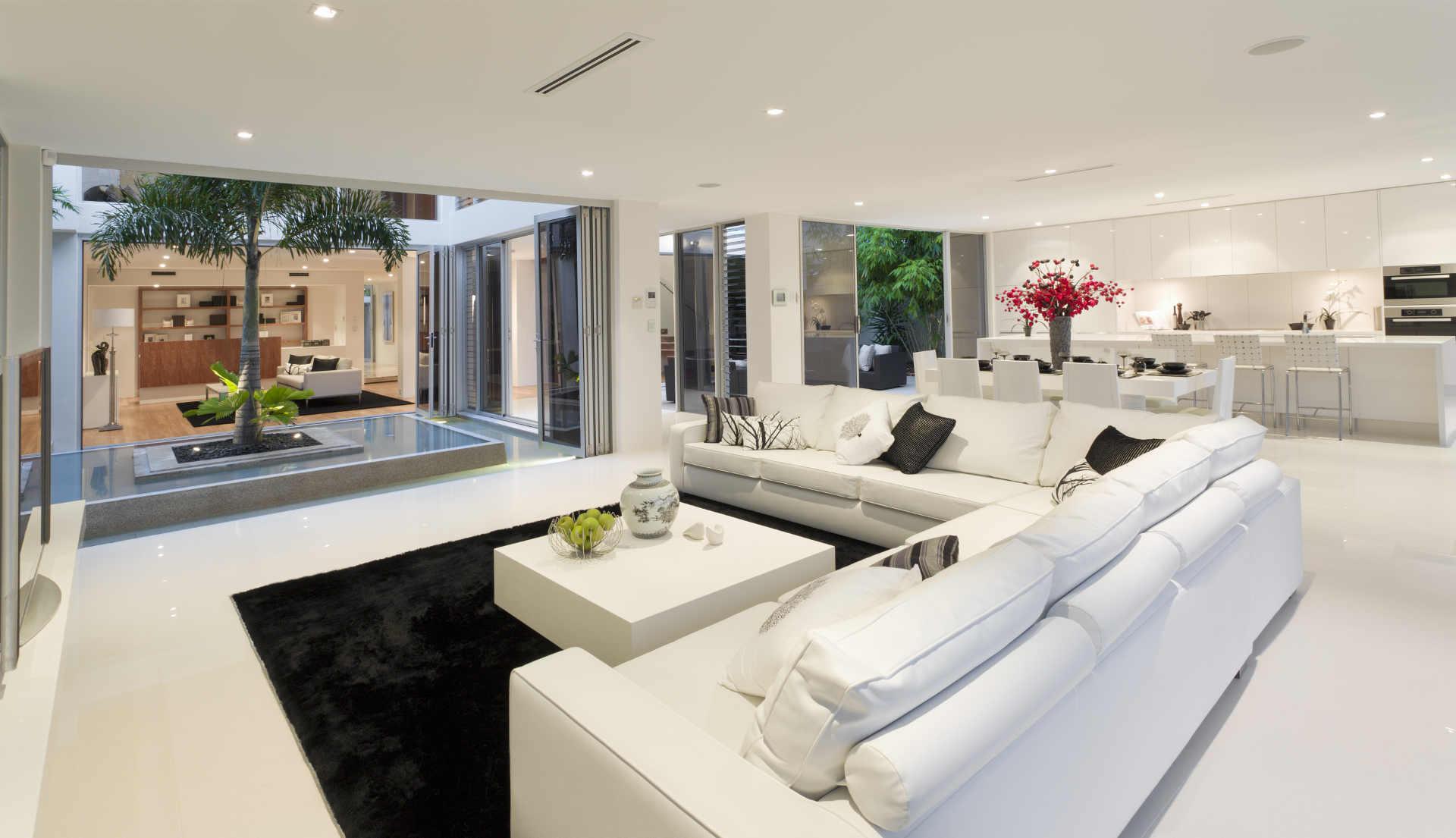 christian-fexer-immobilien-wuerzburg-wohnraum-weisses-interieur-verglasder-innenhof